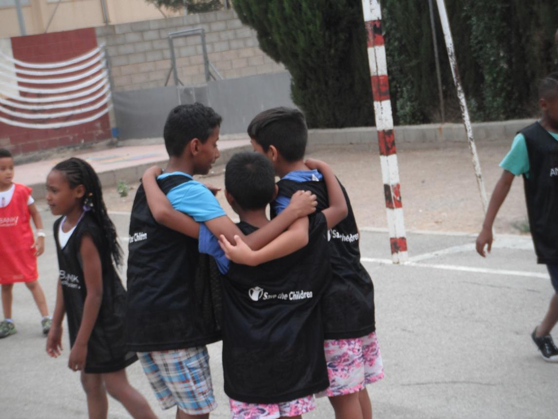 Niños_abrazados_Andbank_STC