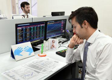 Fernando Hernandez Andbank trabajando en la oficina