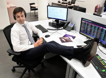 Fernando Hernandez de Andbank España oyendo musica en la oficina