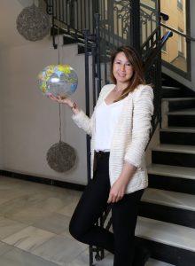 Irene Andbank Personal de pie globo terraqueo