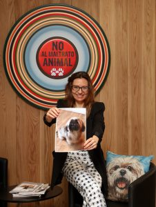 Gloria Villalba departamento de Marketing de Andbank España con foto de un perro