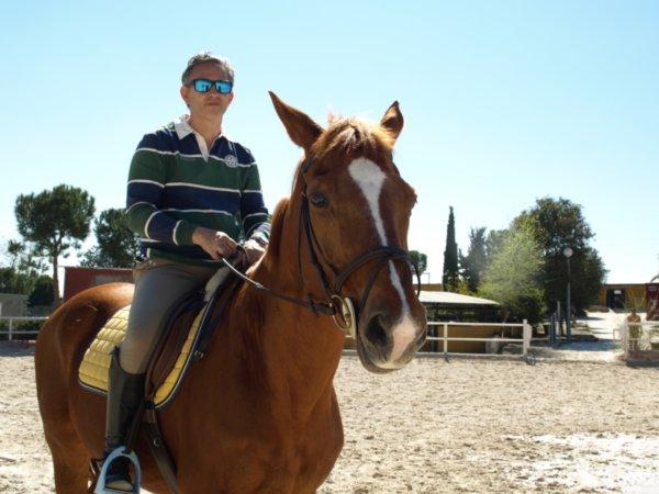 Fernando Cortijo de Andbank España montando a caballo