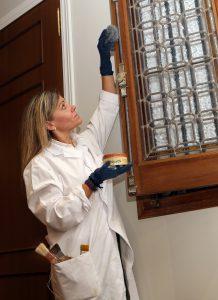 Maria Riansares Andbank restaurando muebles