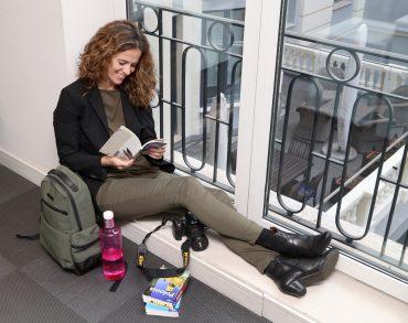 Ana Elliott Andbank leyendo en la ventana